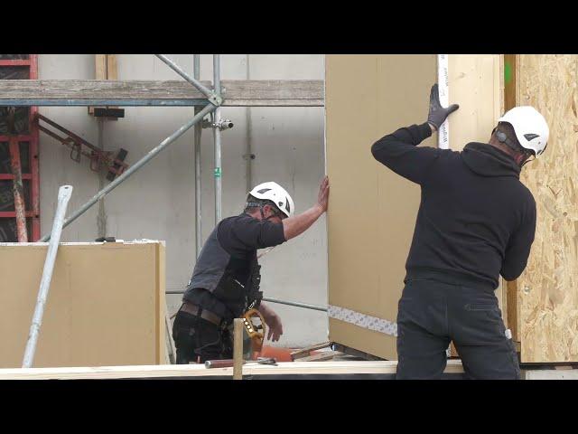 Holzbaustelle Clay-Schule in Berlin / Thomas Rintsch von Arche Naturhaus GmbH und Andreas Lerge