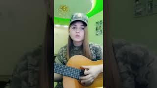 "Девочка исполняет песню на гитаре"" я солдат"""