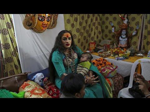 Líder transgénero é estrela em festa religiosa indiana
