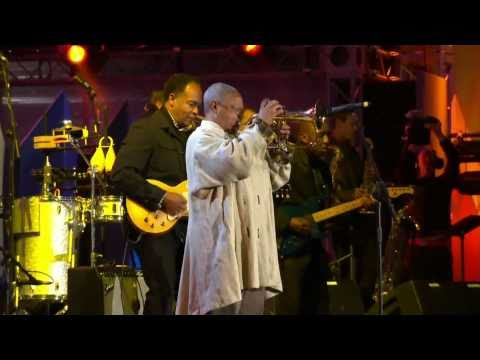 Hugh Masekela - Grazing In The Grass (live, 2010)