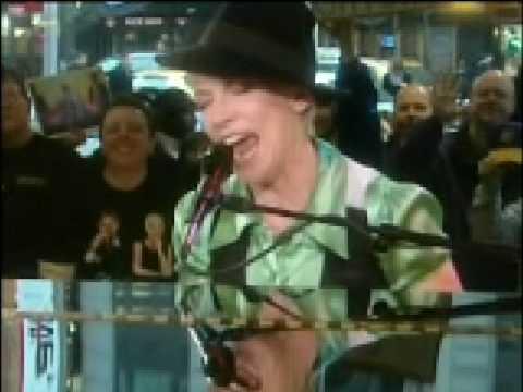 Annie Lennox WALKING ON BROKEN GLASS (acoustic TV Performance)