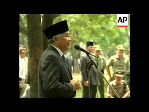 INDONESIA: JAKARTA: HABIBIE TALKS WITH POLICE & SOLDIERS