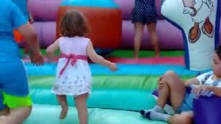 Дети играют   Видео  Дети прыгают  на батуте(Дети прыгают и веселятся Весёлое видео! Дети резвятся на батуте. Батут - самое лучшее времяпровождение..., 2016-07-24T14:00:01.000Z)