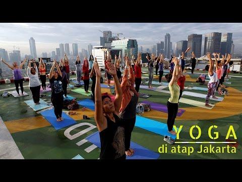 Serunya Yoga di Atap Pencakar Langit Jakarta