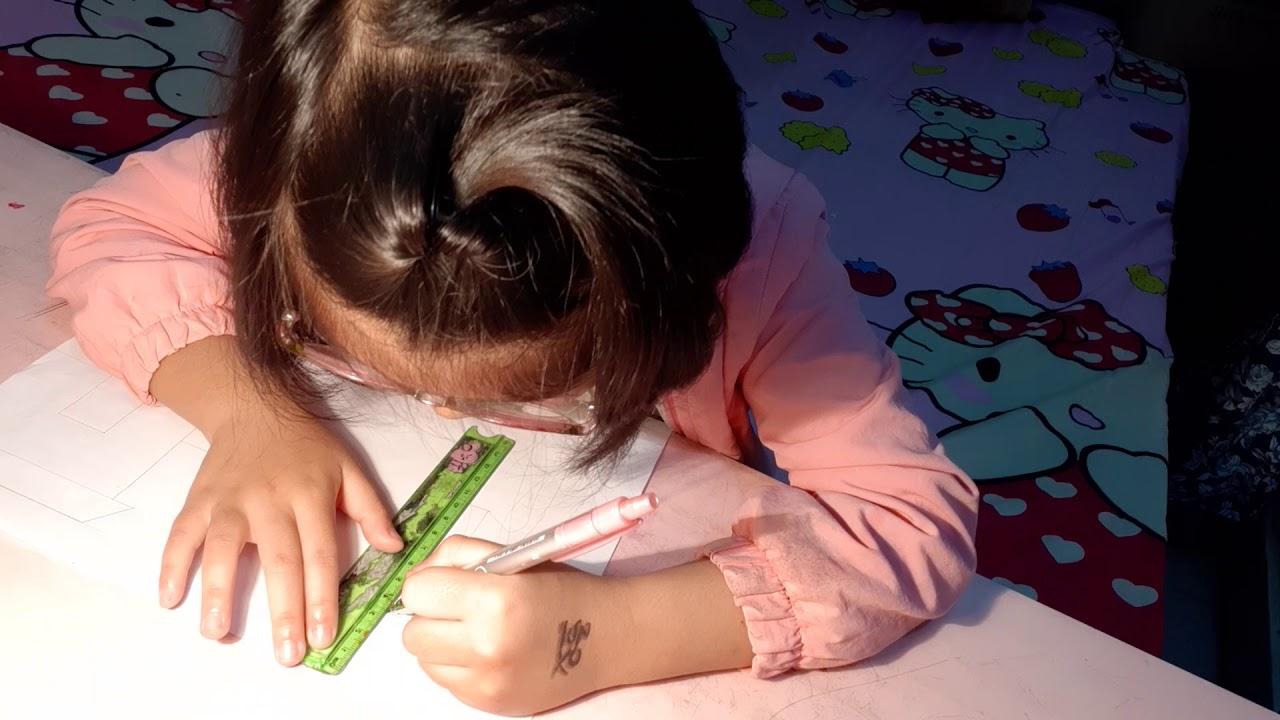 Bạn MiMi vẽ tranh trường học.