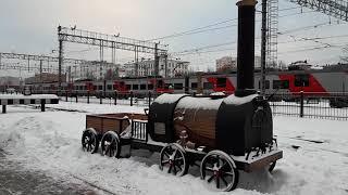 Современный поезд Ласточка и первый Паровоз