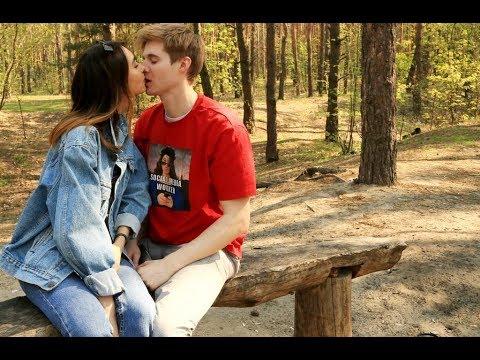 Как правильно сжимать попу при поцелуе или  Куда девать руки во время поцелуя