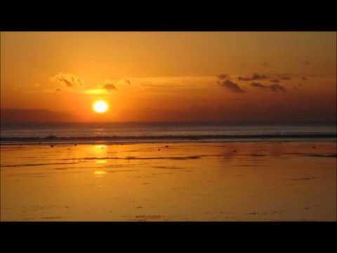 """Un altre dia de sol una mica deslluït per la contaminació atmosfèrica produïda per l'estancament de l'aire, típica situaciò de les altes pressions. La bona notícia és que el cap de setmana arriben pluges. Avui deixarem de banda la contaminació que seguirem patint i ens centrarem en aquest sol que, tot i alguns núvols decoratius que es passejaran pel cel, gaudirem de la mà d'Alejandro Filio & Silvio Rodríguez i el seu """"Vens amb el Sol """", acompanyat d'unes precioses imatges."""