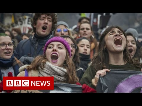 Protests turn violent at France's pension strike - BBC News
