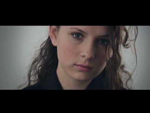 Margaret Island - Egy lány sétál a domboldalon (HIVATALOS VIDEOKLIP)