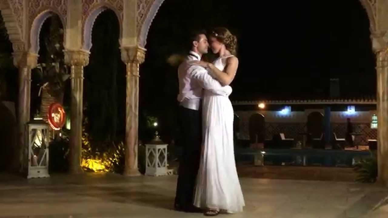 Noche novia por correo bailando