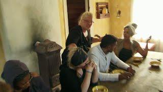 Louise Olsson kastar gröt i ansiktet på Krisi Pärssinen - Farmen (TV4)