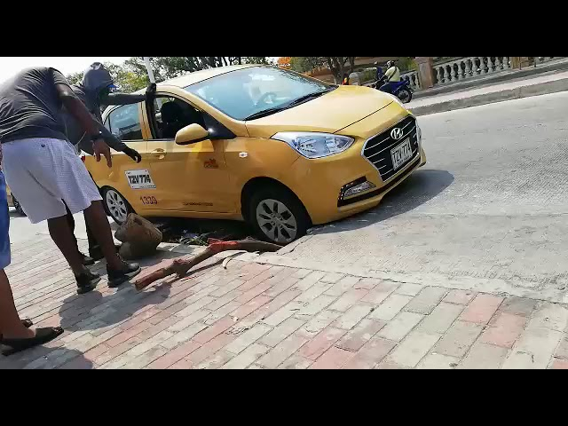 Taxi se fue a un hueco en la avenida del Libertador