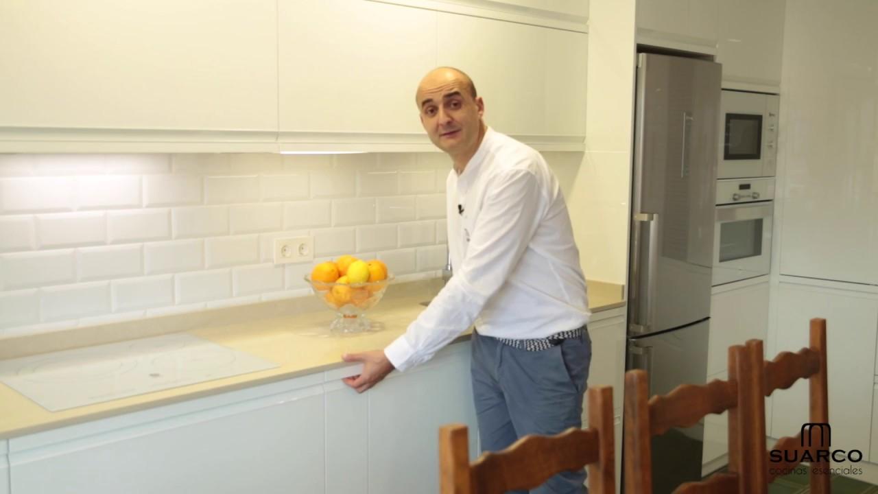 Video de cocinas blancas muy modernas sin tiradores con for Muebles de cocina suarco