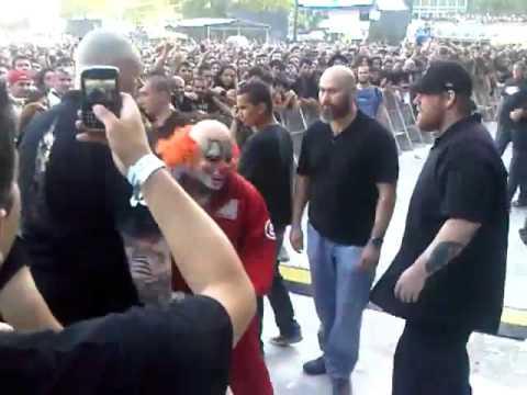 Stay(SIC)BR: O RETORNO DO SLIPKNOT - Clown desce do palco e pega  poster de fã !