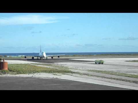 Delta 747 landing Midway Atoll NWR Henderson Field June 16 2011 J Klavitter USFWS.AVI