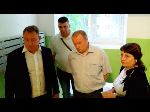 На фото Михаил Токарев проверил выполнение программы «Мой Подъезд» в Реммаше изображение