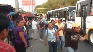 UNA TARDE DE LUNES POR LA PARADA DE LA UCA, MANAGUA, NICARAGUA.