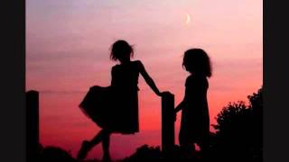 この曲は、フランスのとてもかわいい姉妹が一緒に歌ってくれています。僕はギターの伴奏をしています。(Song by FutagoNoYume/ Mikan & Ume Gt. Sawayaka...
