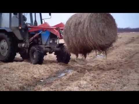 Погрузка рулонов сена в прицепы