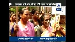 Footpath dwellers protest outside court over singer Abhijeet