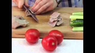 Телятина со сливочным соусом и гарнир из прохладных овощей с мятным соусом