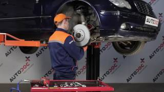 Hoe Stabilisatorkoppelstang vervangen MERCEDES-BENZ C-CLASS (W203) - video gratis online