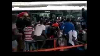 Etudiants Ivoiriens yako. Ils marchent sur les tetes de leurs amis pour monter dans le bus