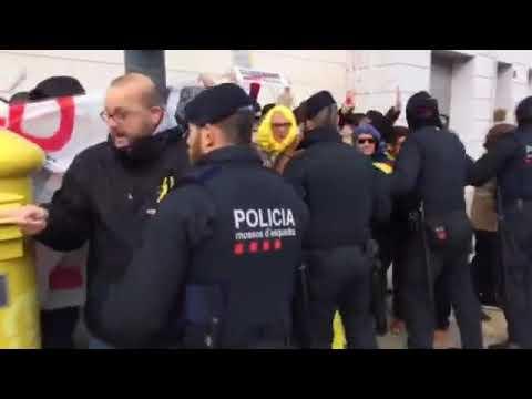Tensió entre manifestants i mossos davant l'acte de Rajoy a Lleida