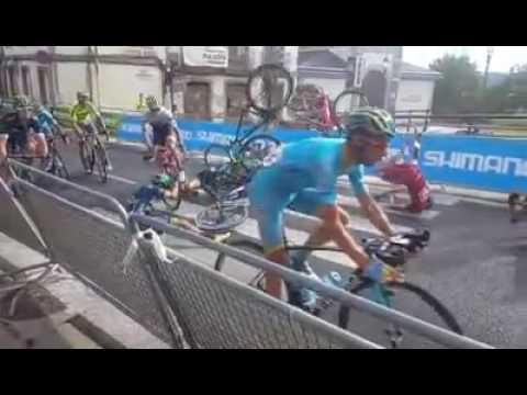 2016 ► Así fue el accidente en la etapa de La Vuelta en Lugo