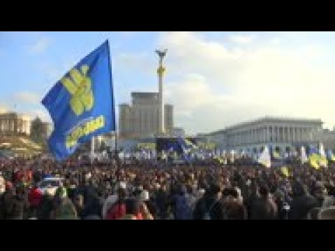 Protesters: Leader must defend Ukraine at summit