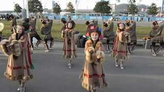 Танец чукчей в Сочи.(Танец северного народа России в олимпийском парке. Сочи 2014. На улице +19., 2014-02-14T15:40:15.000Z)