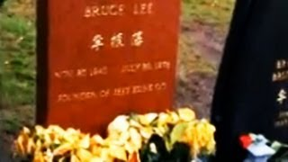 Gareth A Davies visits Bruce Lee s grave