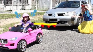 BRANCA DE NEVE BATE CARRO  - Little Driver on Colored Power Wheels TOWING CAR in Real Life (SKIT)