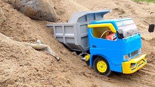 DUMPT Truk Tertimbun Pasir dan Batu