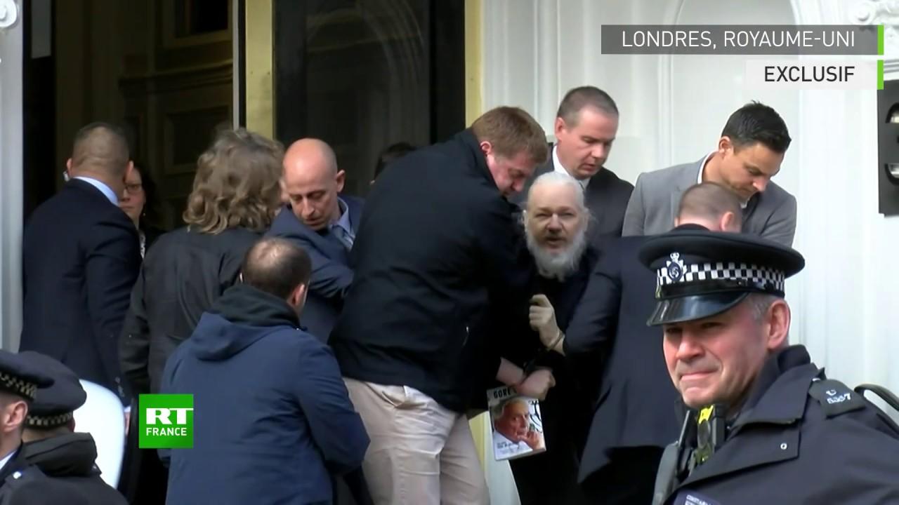 Jualian Assange dibekuk dari kedutaan Ekuador (gambar dari: https://www.youtube.com/watch?v=7Z00wtysST4)