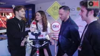 Intervista a Raige e Giulia Luzi che pedala sulla bici di OM e regala musica a Sanitansamble