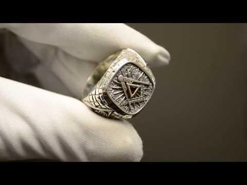 Серебряное мужское кольцо-печатка на заказ с масонской символикой, гранатом и изумрудом