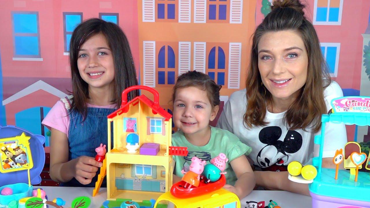 Эмилюша с сестренкой играют с семьей свинок Пеппа прыгает в цветных лужах