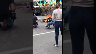 В Киеве у посольства России сожгли Путина. 29.08.2018