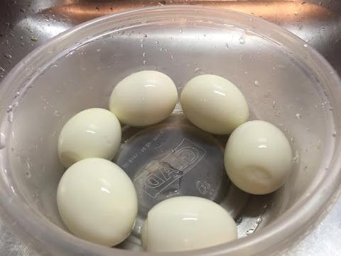 how-to-peel-5-hard-boiled-eggs-at-the-same-time