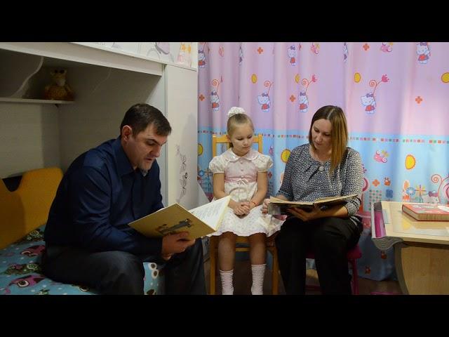 Изображение предпросмотра прочтения – ЕлизаветаЖигалова читает отрывок изпроизведения «Телефон» К.И.Чуковского