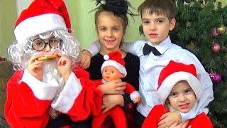 КАК МАЛЬЧИКИ ИГРАЮТ В КУКЛЫ - 4 БЕБИ БОРН с Мамой и Папой  встречают НОВЫЙ ГОД. Дед Мороз для Куклы
