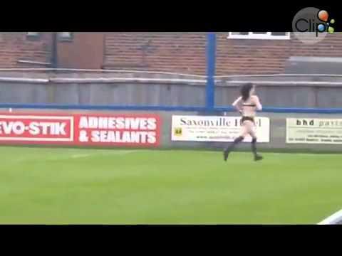 Fan nữ cởi quần áo chạy vào sân khiêu khích cầu thủ