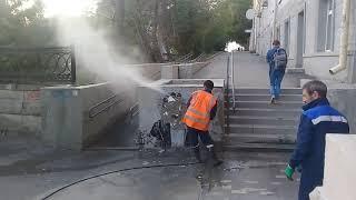 Коммунальщики уничтожают граффити с портретом Мусоргского
