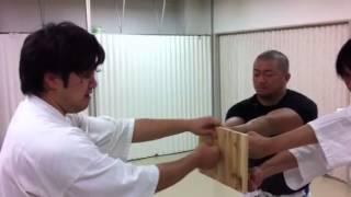 寸勁の見本 zero inch punch of old style karate