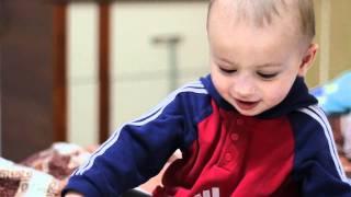Смотреть видео что делает малыш мальчик в 10 месяцев