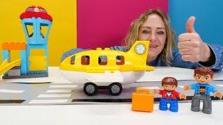 Nicole packt Spielzeug aus - Der Lego Duplo Flughafen - Video für kleine Kinder