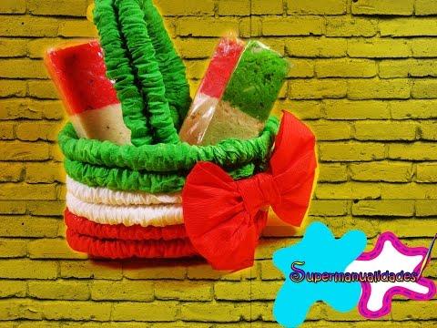 Canastita de papel crep tricolor supermanualidades - Como hacer adornos para fiestas ...