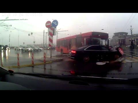 Autobus przejechał na czerwonym, uderzył Audi